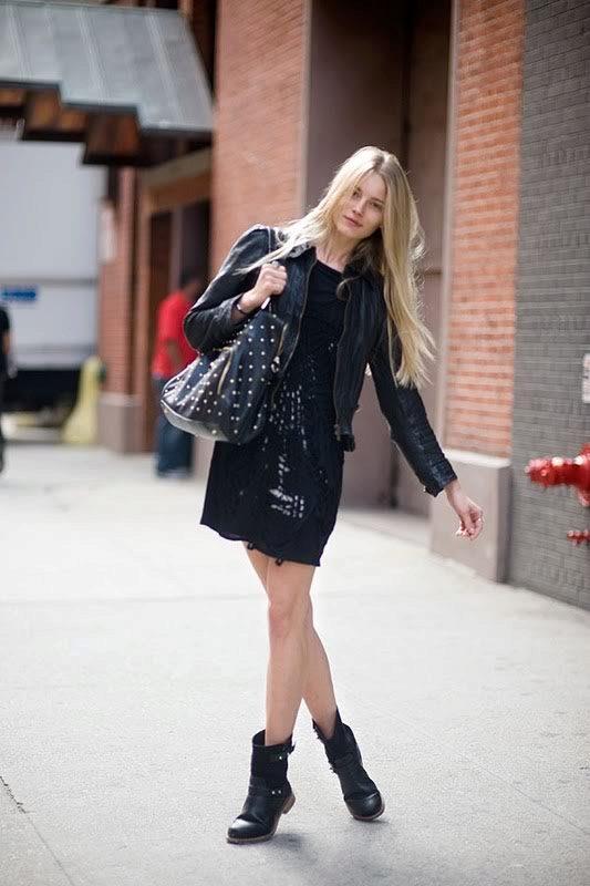 Короткие сапоги без каблука с платьем