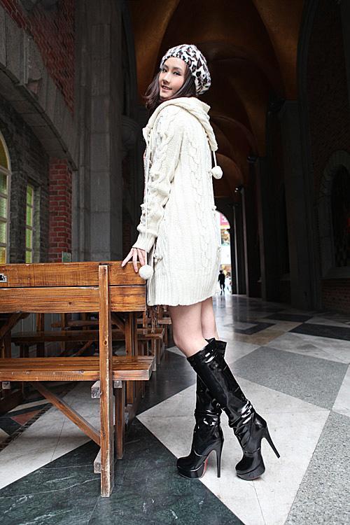 девушки в лакированной одежде чёрно-белое фото