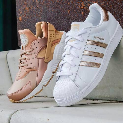 781054e06a91 Белые кроссовки от Adidas представлены в нескольких направлениях.