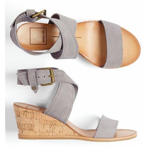 С тех пор танкетка все чаще появляется на мировых показах модной одежды и  обуви, с каждым новым сезоном немного видоизменяясь. Но тем не менее, ... 8c7fa0f2746