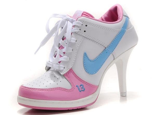 f13b09d55514 Несмотря на то, что почти все кроссовки на каблуке снабжены шнуровкой или  липучками, чаще всего это не более, чем декоративный элемент.