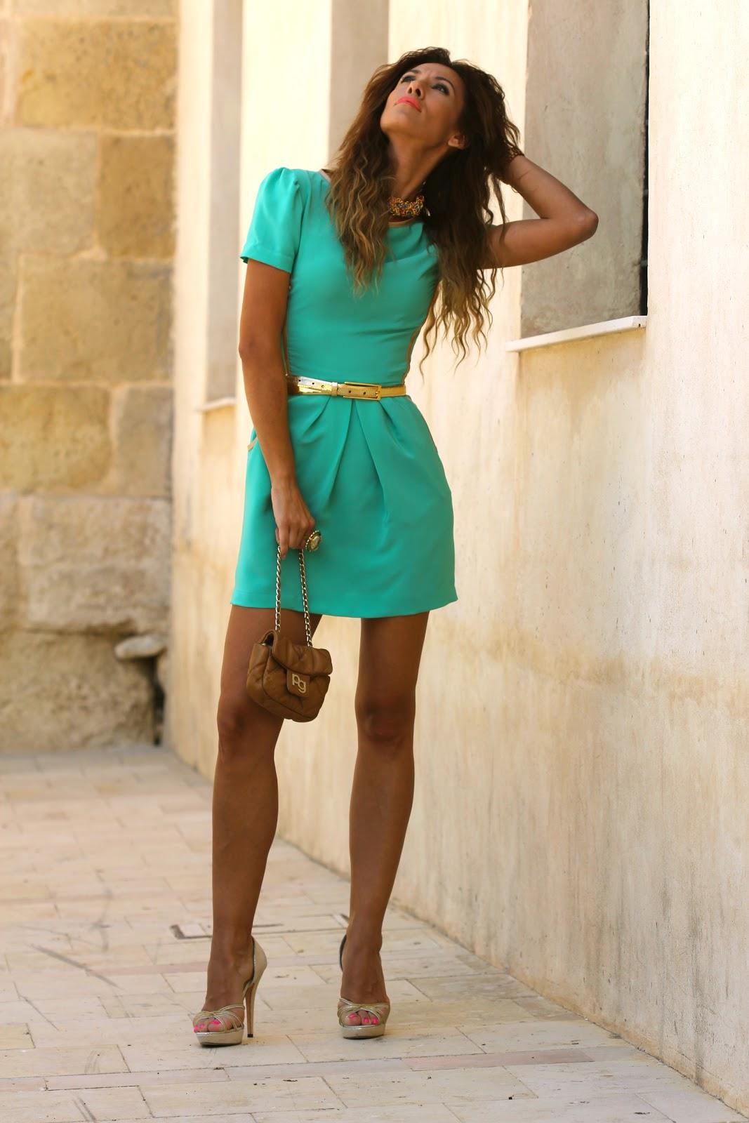 Фото девушки в бирюзовом платье