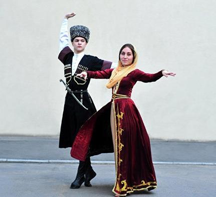 1f90eacad7408ed Чеченский народ отличается глубоким уважением и почтением к своим предкам,  поэтому и национальный костюм не хранится в музеях, а достаточно широко ...
