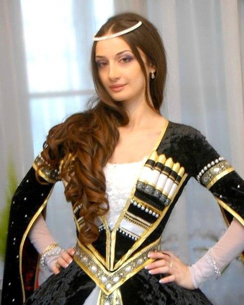 71ae7b6c51b1eab Образ жизни чеченского народа напрямую связан с материалами, которые  издревле применялись в изготовлении национальной одежды. Ткани прялись из  овечьей ...