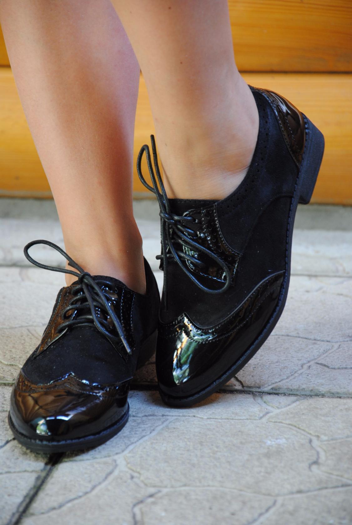 Женские туфли без каблука на шнурках