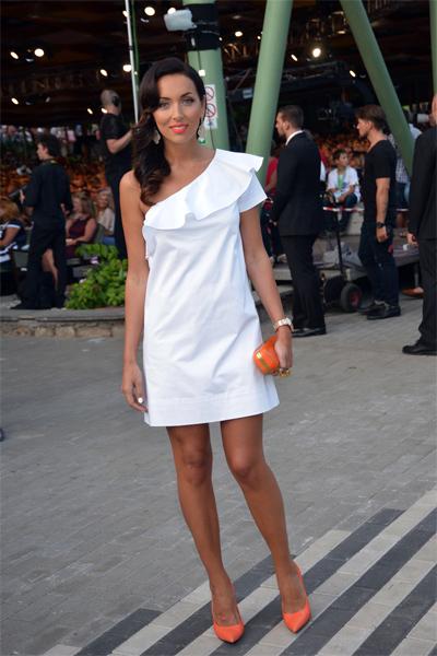 Белое платье с коралловыми туфлями