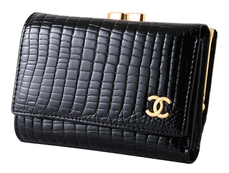 0d15413357e6 Некоторые бренды выпускают аксессуары, к примеру часы и ручки, или нижнее  бельё, обувь, но периодически среди их товаров числятся сумки и кошельки,  ...