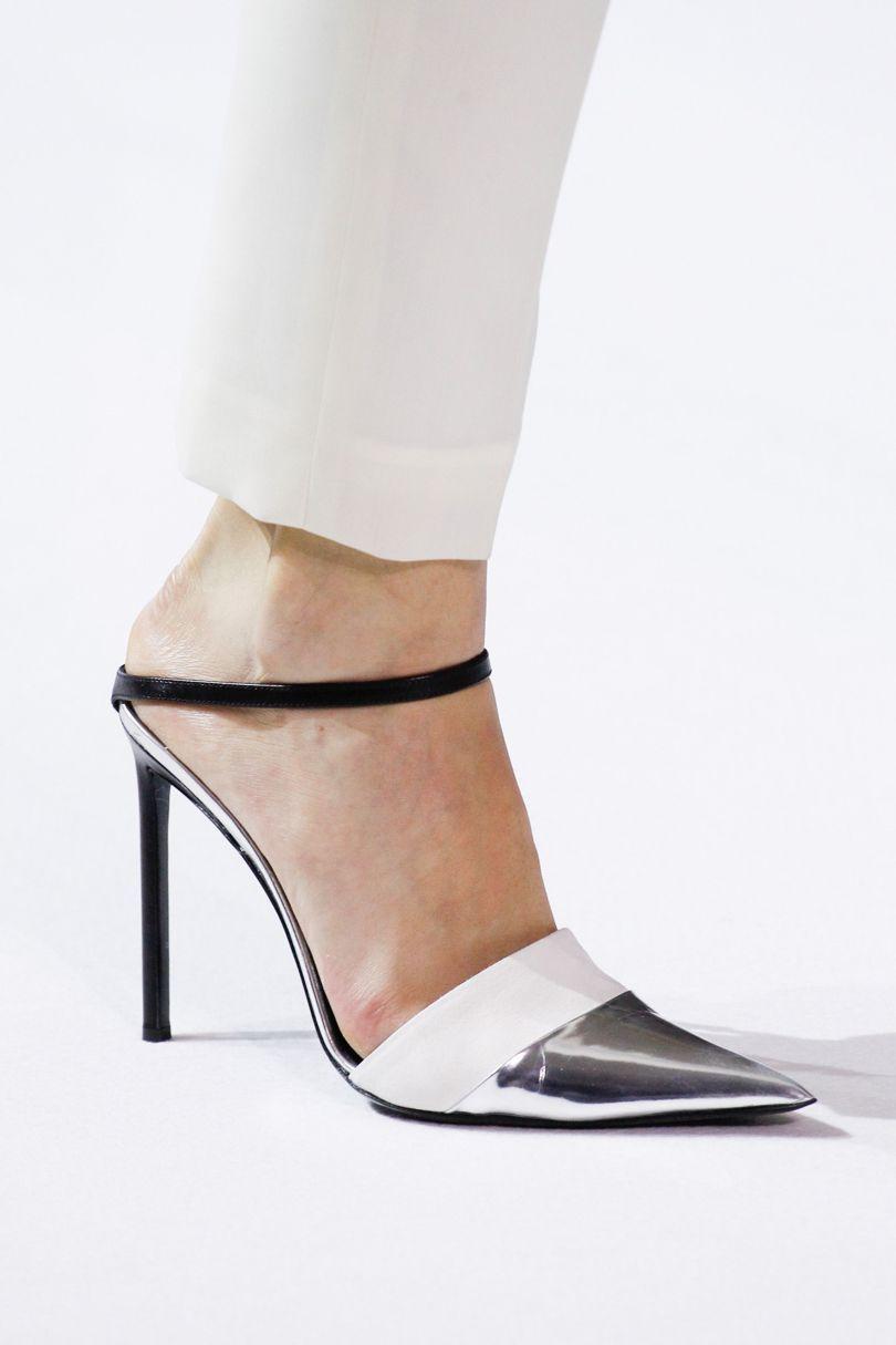 9a979bb17 Модели с открытым носком внешне напоминают классические лодочки, туфли с  открытой пяткой больше похожи на босоножки. И те и другие модели одинаково  ...
