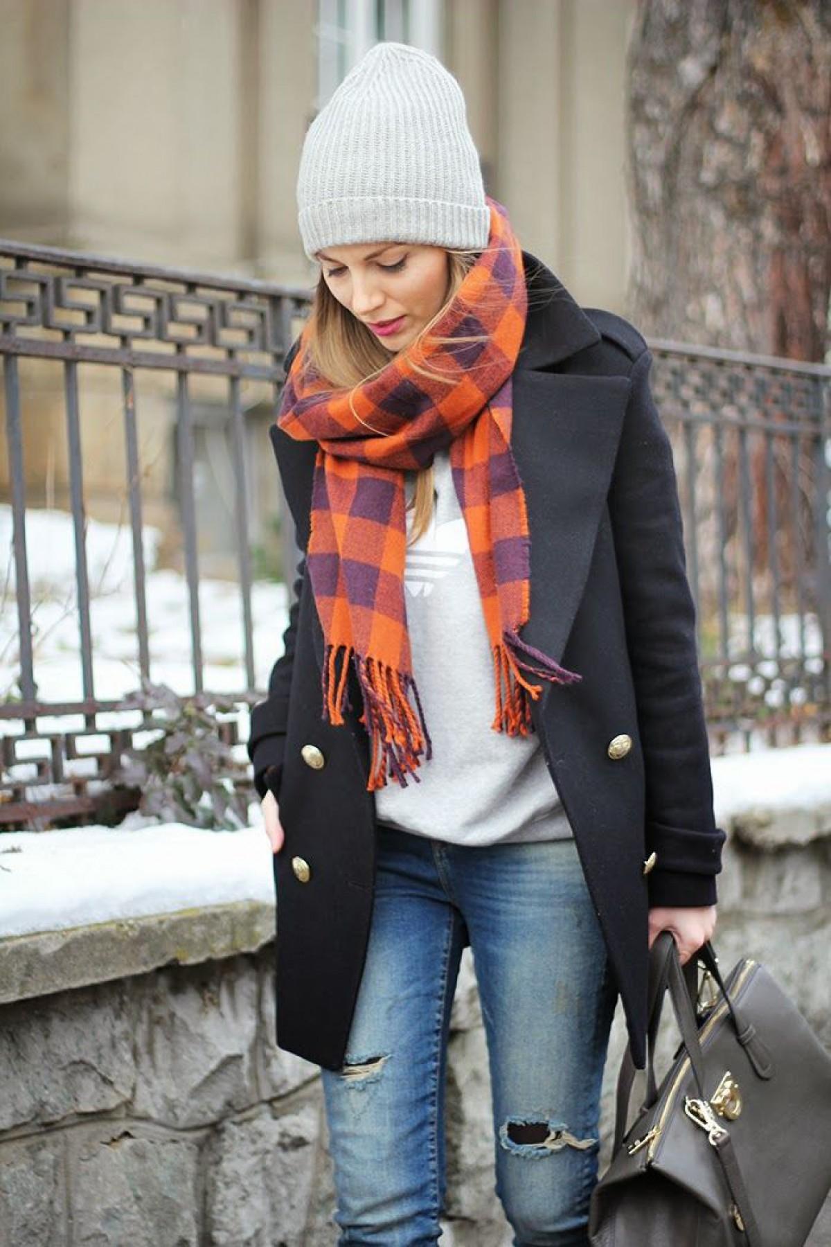 Куртка и шарф стильно