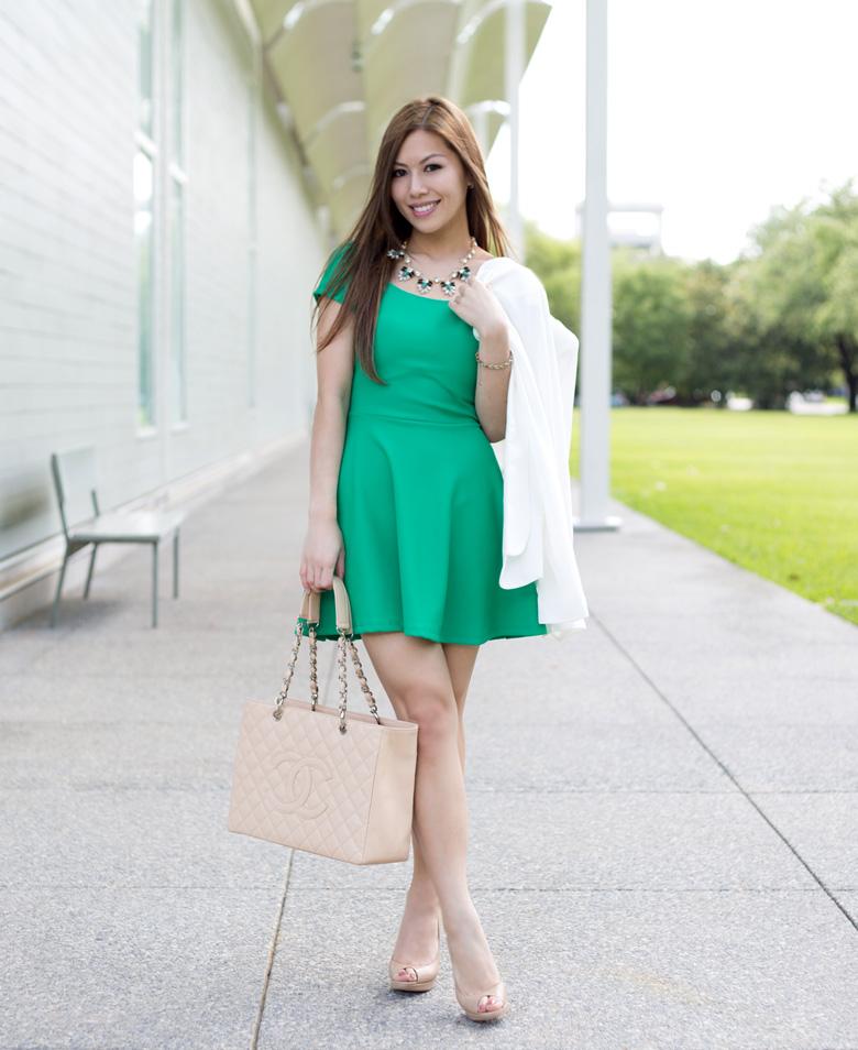 Зеленое платье с бежевым