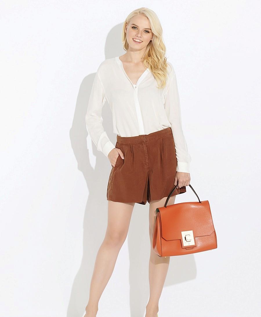 Коричневые шорты: с чем носить