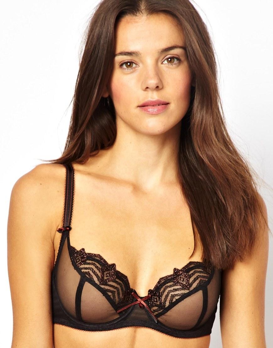 Женское грудь лифчкой