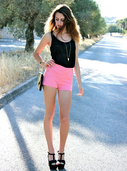 уникальный интернет-проект фотография девушки в розовых шортах щиплет, если всё