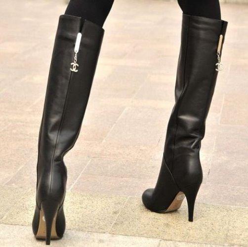 c33bc56c1179 Обладательницам стройных ножек можно смело приобретать высокие ботфорты из  замши. Однако ряд женских сапог, предлагаемых Chanel ...