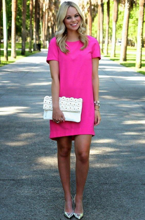 0885319e6c5 К розовому платью с рисунком больше подойдут модели лаконичных форм и  светлых оттенков. В случае если образ должен привлекать внимание