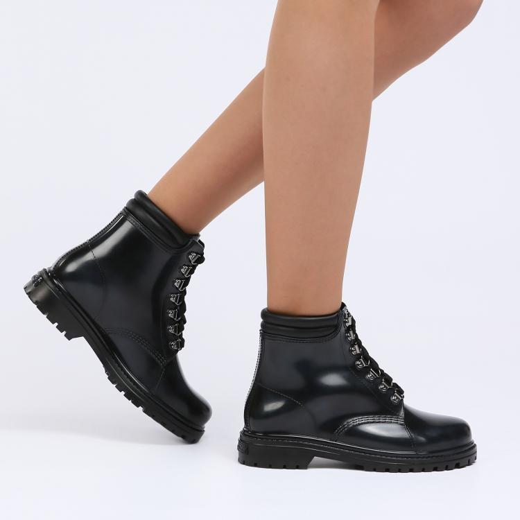 82136012b381 Даже звезды мирового масштаба появляются на красных дорожках в итальянской  обуви. Для создания женских ботинок ...