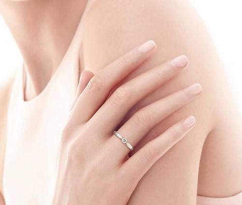 Согласно свадебным традициям выбором обручальных колец должен заниматься  жених. Но как обойтись без советов будущей жены  Молодожёны вместе  подыскивают ... fb4e3d43473