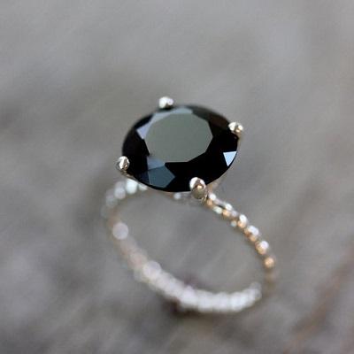 0eb90a71bb35 Ювелиры предлагают модели с большим камнем или с россыпью из мелких.  Эффектно и красиво выглядят кольца с чёрными и белыми алмазами.