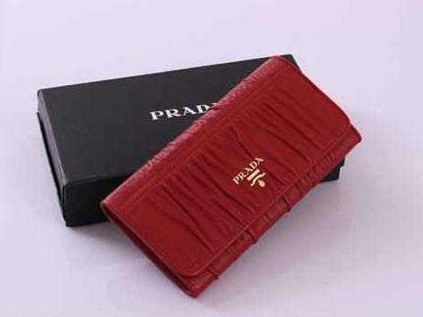 7a37c7a983b7 Пальма первенства среди люксовых аксессуаров модного дома Prada принадлежит женским  кошелькам и портмоне. Изделия для хранения денег и карточек от ...