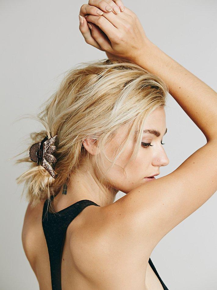 прически на длинные волосы с крабом