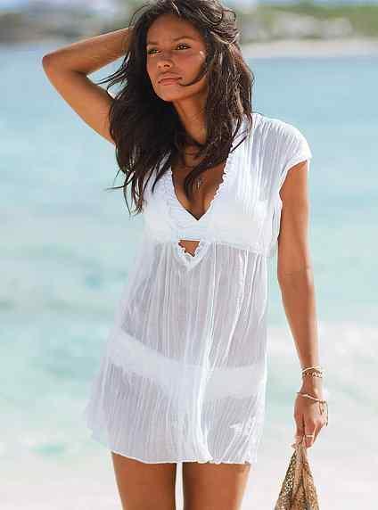 8a8a630a6a8f0 ... моря поможет накидка на купальник. В ней можно заглянуть в кафе или  защититься от солнца по дороге на пляж. В отличие от другой одежды накидку  можно ...