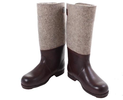 Офицерские сапоги имели вытянутый нос и высокое голенище. Обувь  изготавливалась из натуральной кожи и имела маленький широкий каблучок. dfc9acb061b