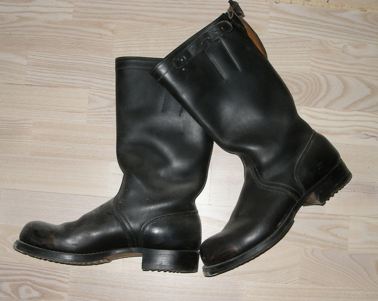 Эта обувь изготавливалась из прочной коровьей шкуры, которую окрашивали в  черный цвет. Изделия оснащались высоким голенищем и двойной подошвой, ... f7020ad6f83