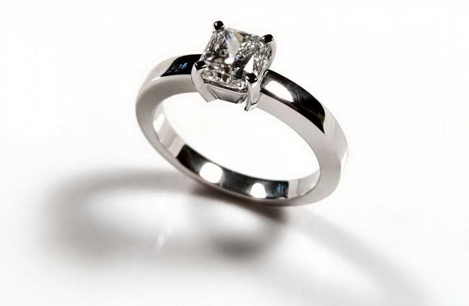 С крупными вставками, как правило, изготавливаются кольца помолвочные,  такое украшение нередко можно приобрести в комплекте с парой обручальных. c6ff135b67a