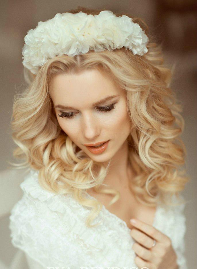 свадебные прически с венком из цветов