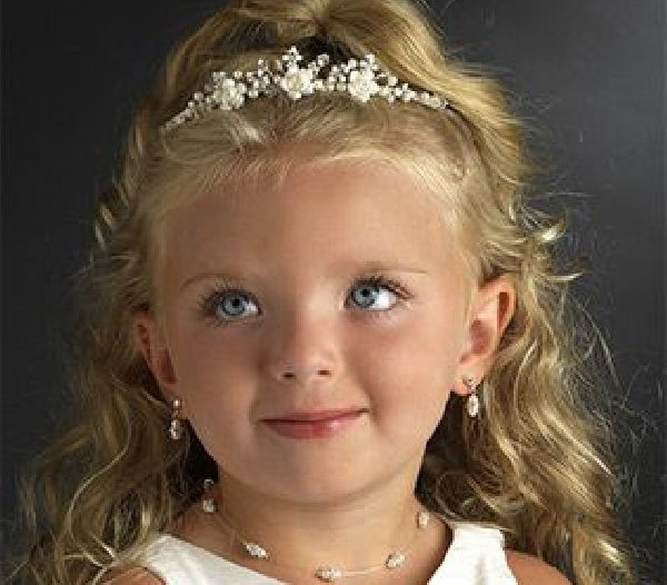 Детские прически с диадемами фото