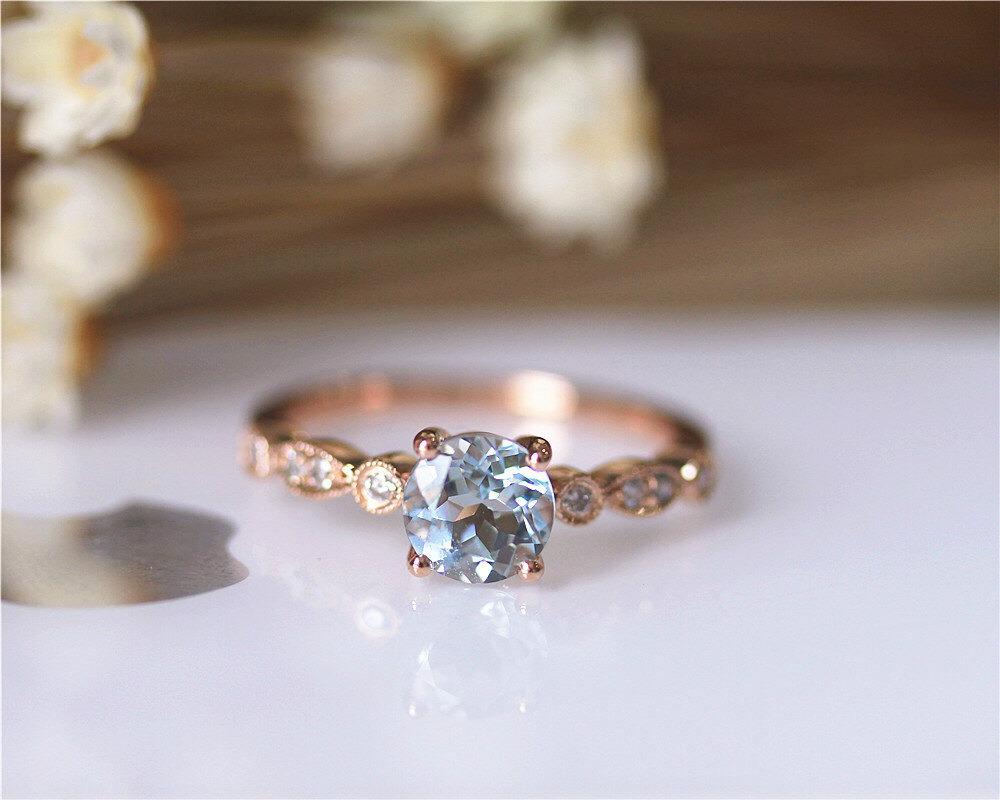 efa5b4fc1f36 Серебро – более демократичный, но не менее красивый металл. Дизайнеры  предлагают и узкие, и широкие кольца с камнями разных размеров. Это может  быть ...
