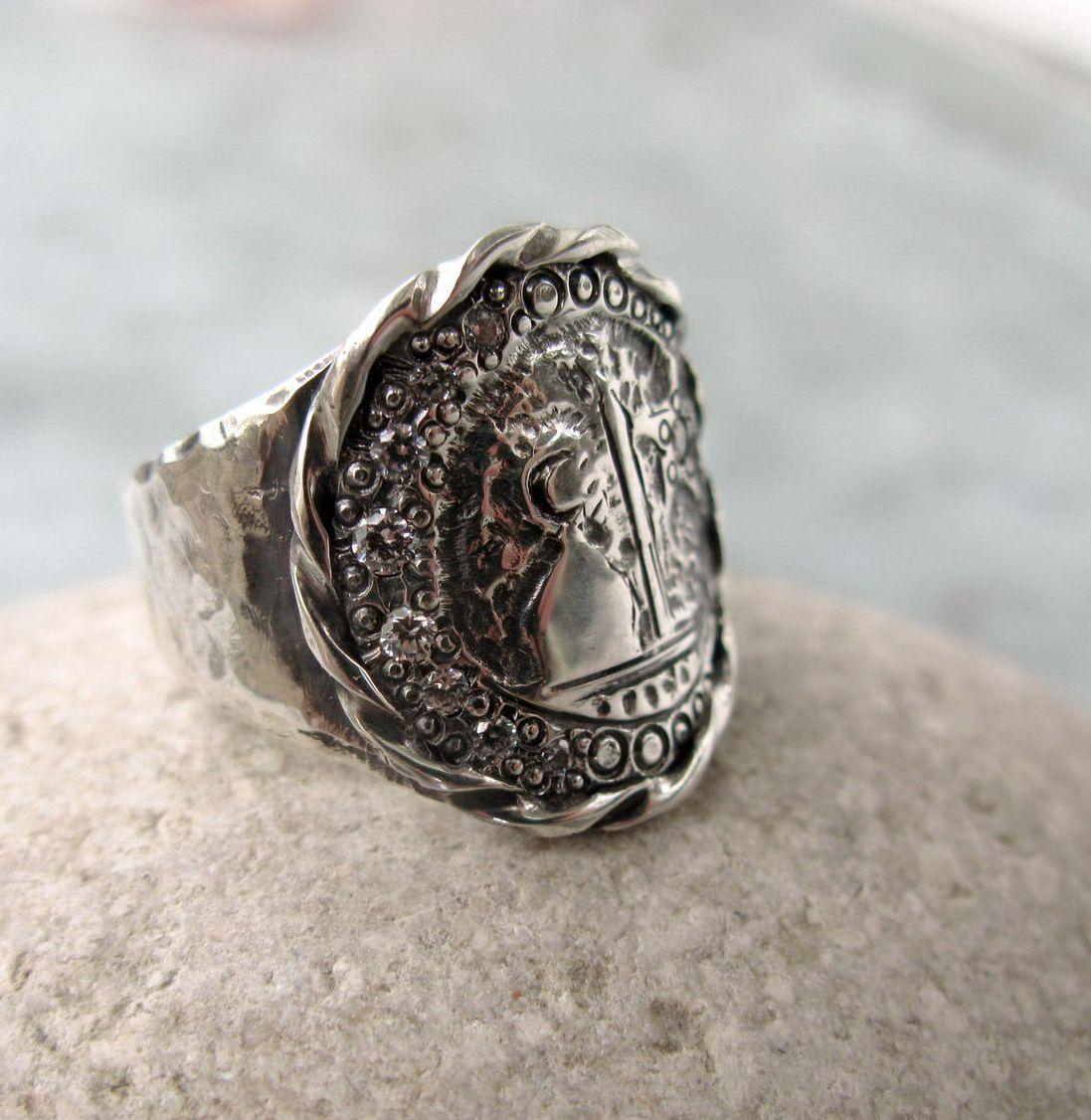 Сломать или потерять кольцо во сне — символ разрыва отношений и потери любимого человека.