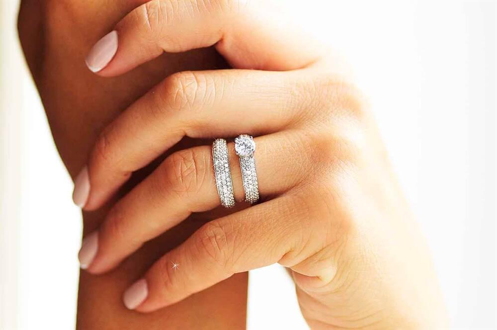 Помолвочные кольца из белого золота (56 фото)  как выбрать модель с ... 9ee714d1846