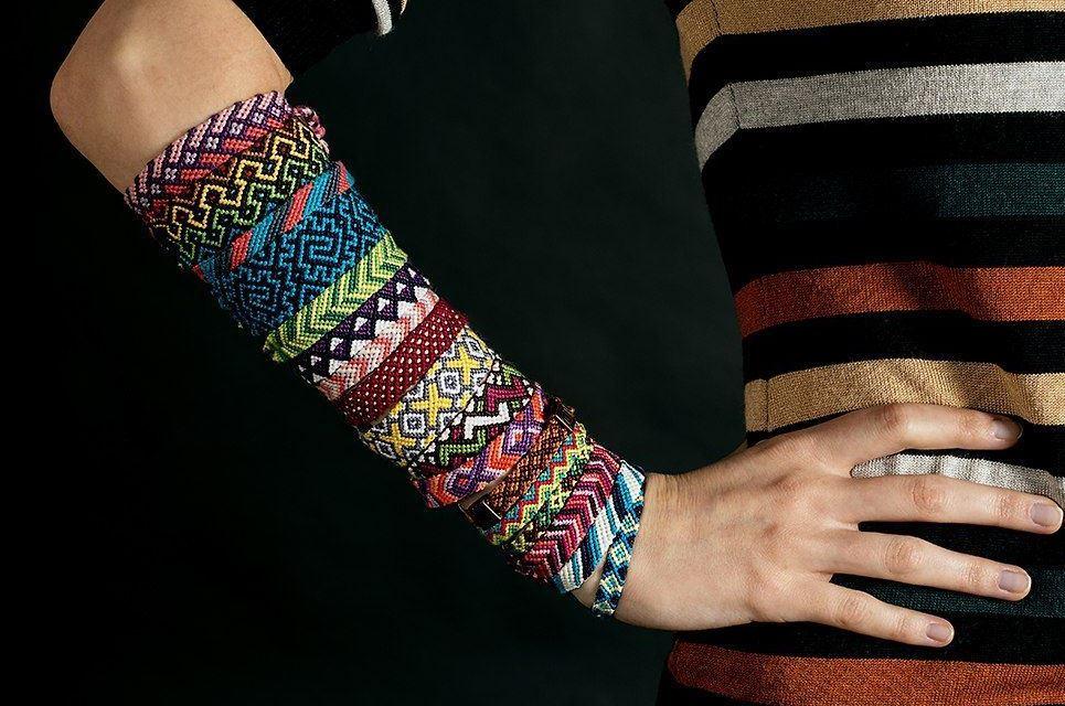 braslety-iz-nitok-85 Как плести браслеты из ниток мулине? Схемы и уроки плетения