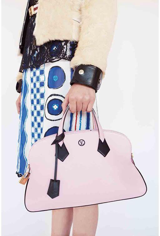 e72c8ef00331 Женские сумки класса люкс обладают непревзойденным дизайном и подчеркивают  статус своей обладательницы. Подобные аксессуары выпускают французские, ...