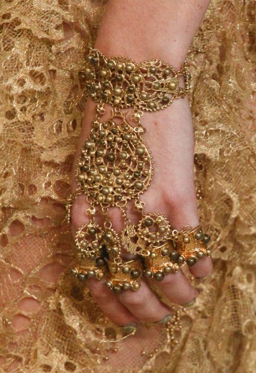 Индийские браслеты (55 фото): модели на руку с натуральными камнями, набор в восточном стиле, что они означают для девушки
