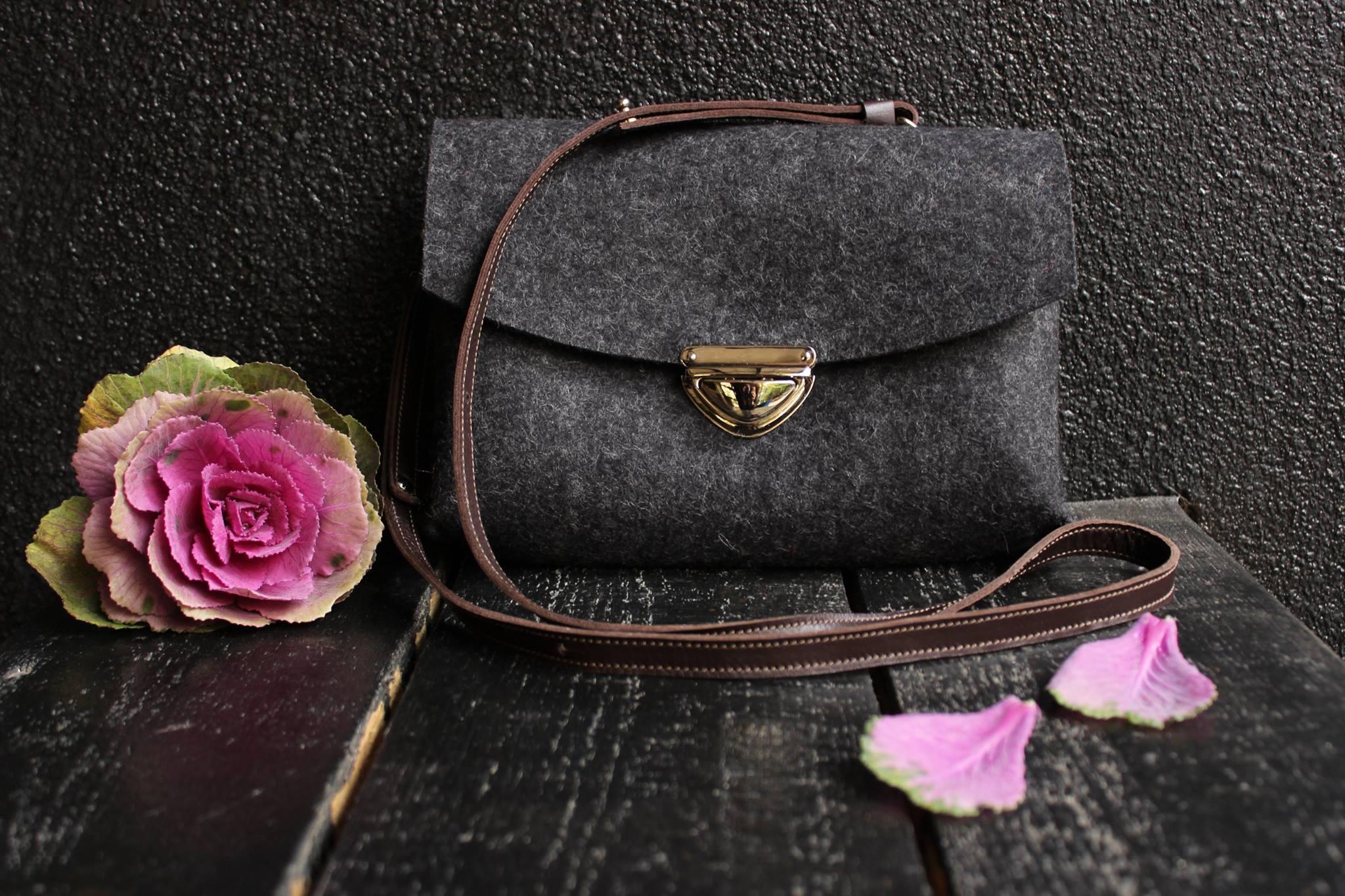 285ac9a08e49 Маленькие сумки через плечо также смотрятся интересно и привлекательно,  если их дополнить разноцветной кожей. Они идеально подойдут для  повседневных ...