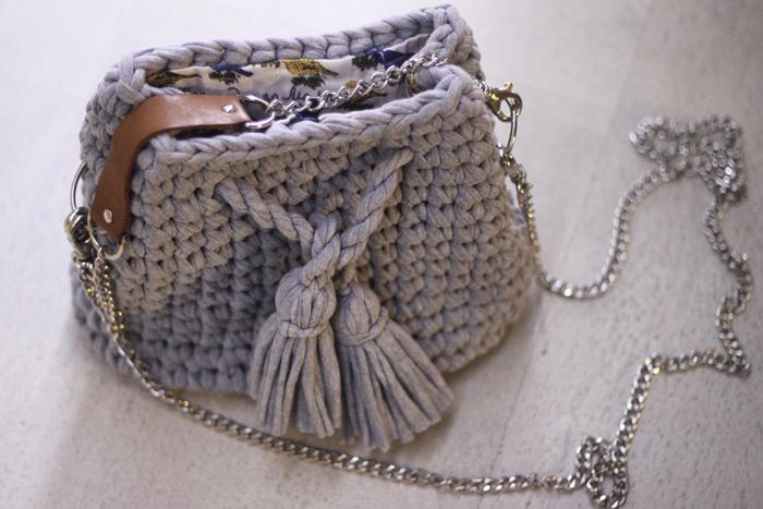 46e6afa24a53 Причем необязательно отдавать за сумочку из популярной ленточной нити много  денег, ее можно сделать самостоятельно, не прикладывая к этому практически  ...