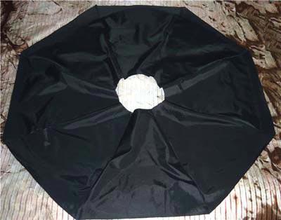 195a37208d55 Получившийся круг аккуратно вырезают: это будет отделка сумки. От края  отмеряют 7-8 см и отрезают: распустив швы деталей, получают заготовки на  обработку ...
