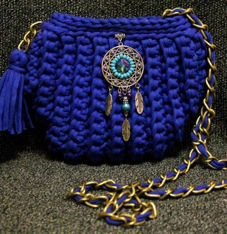 - Вязаная круглая сумочка крючком из трикотажной пряжи