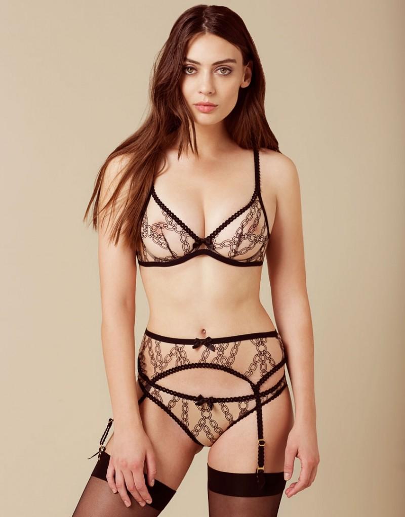 Секси фигура девушек в прозрачном одежде