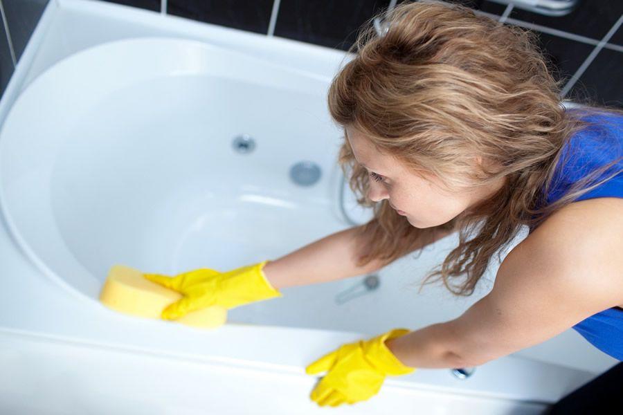 Как быстро почистить ванну, не испортив её