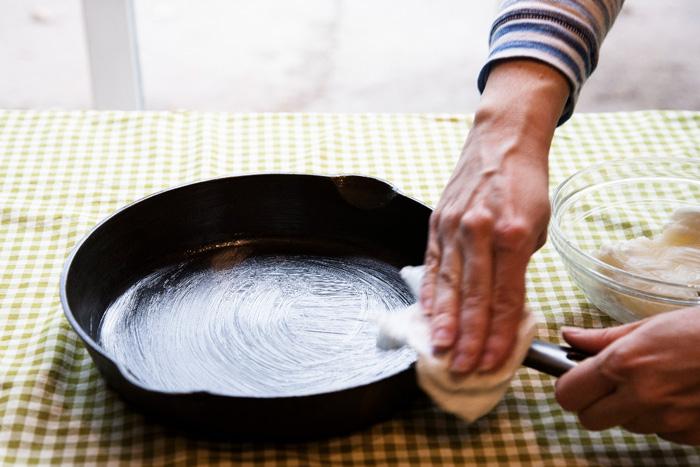 Как почистить сковородки от застарелой гари в домашних условиях уксусом