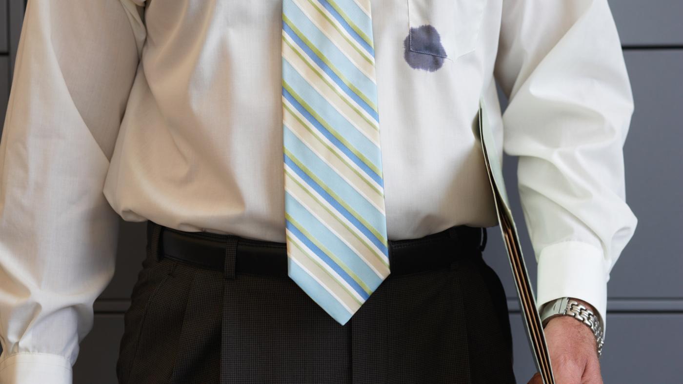 Как отстирать ручку с белой одежды? 24 фото Чем удалить с рубашки шариковую пасту или чернила в домашних условиях