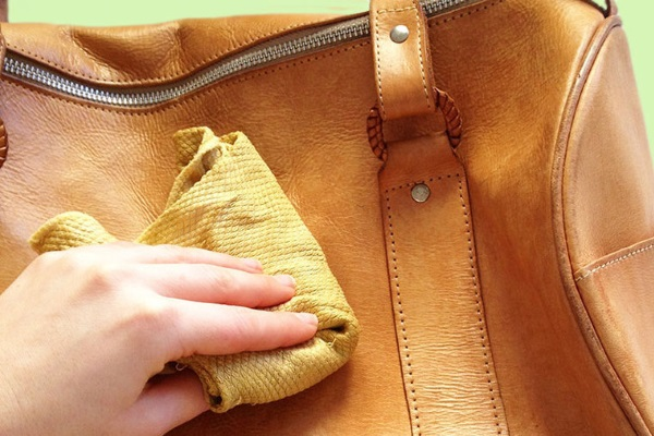Чем почистить замшевую сумку от грязи в домашних условиях
