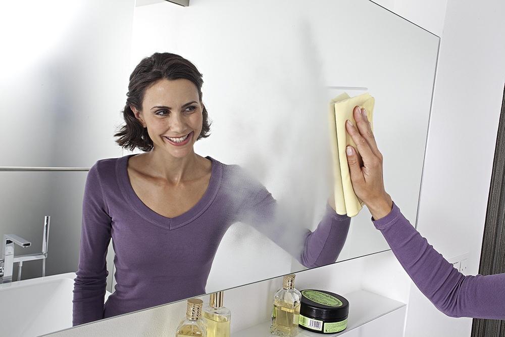 Чем отмыть зеркало от разводов