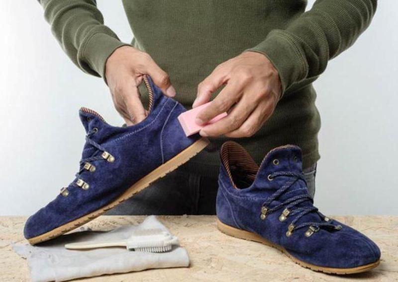 cdf53eec2 Чистить такую обувь можно мягкой щеткой или замшевой тканью. Находчивые  хозяйки заметили, что также хорошо удаляет загрязнения с велюровой обуви  обычный ...