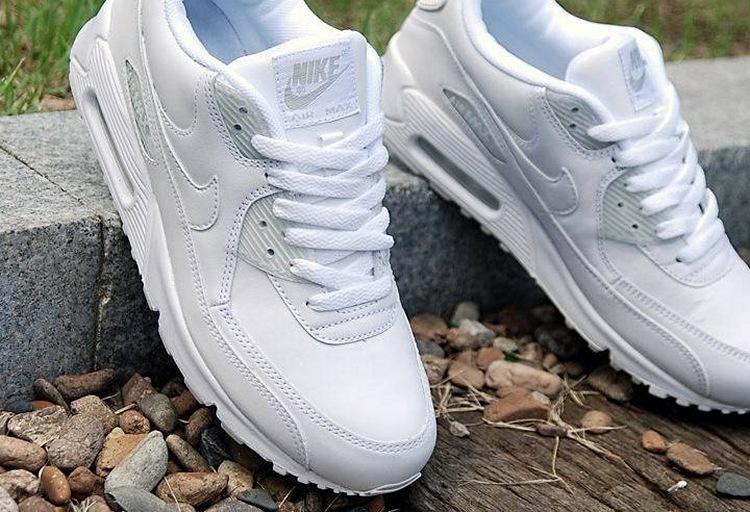 Как стирать кроссовки? 18 фото Как можно почистить спортивную обувь, как отмыть кроссовки внутри и как правильно помыть тканевые и кожаные кроссовки
