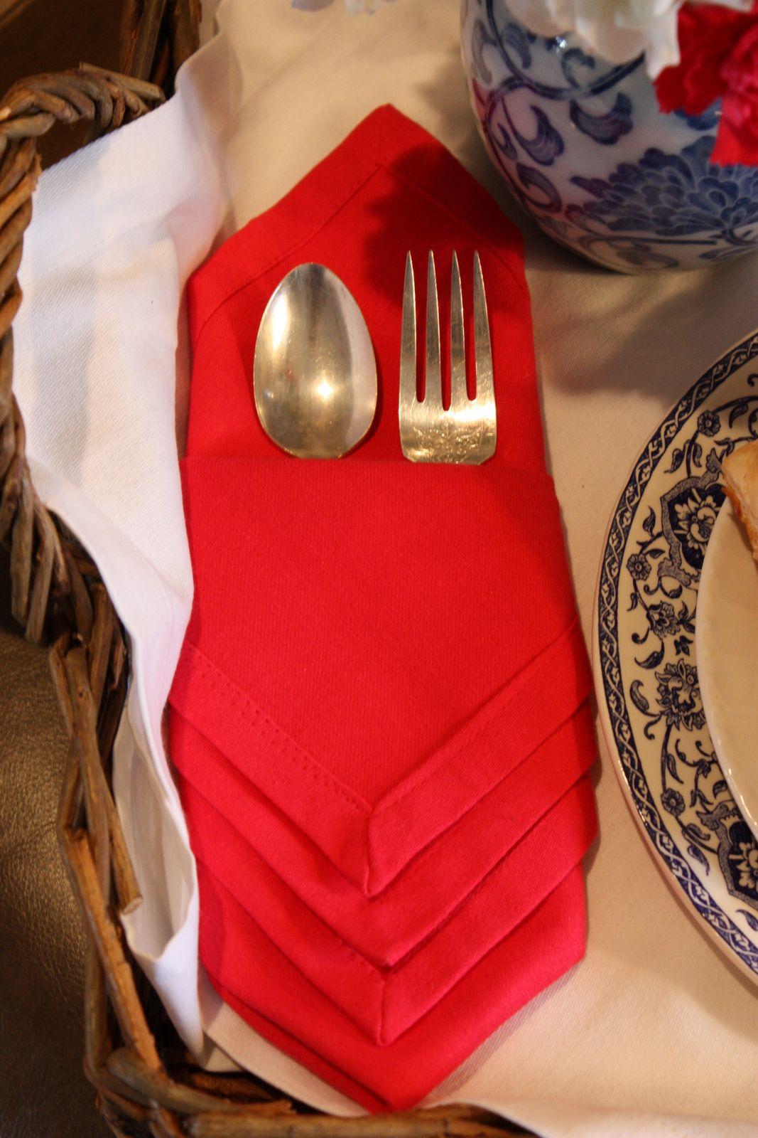 Как красиво сложить салфетки на праздничный стол 12 простых пошаговых 22