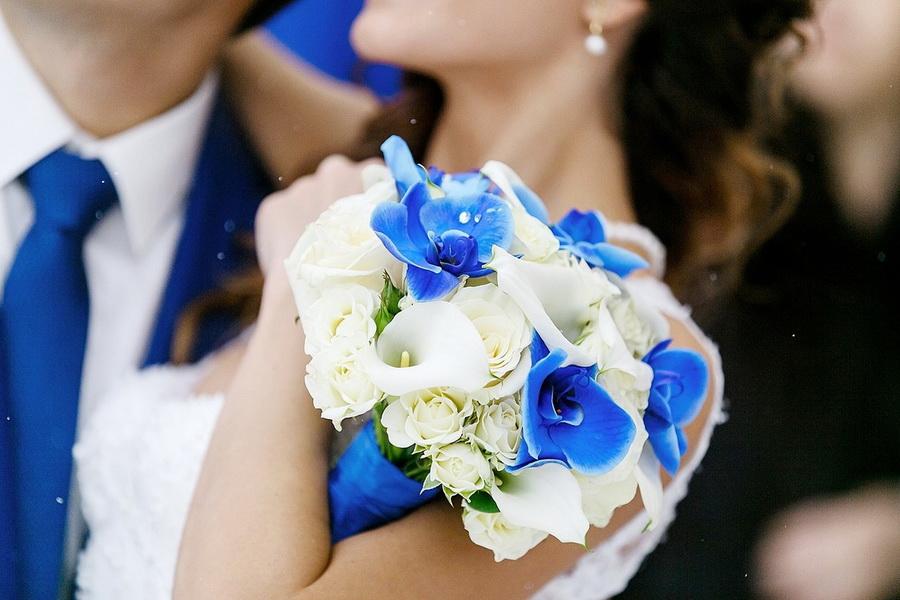 Букет невесты с синим акцентом